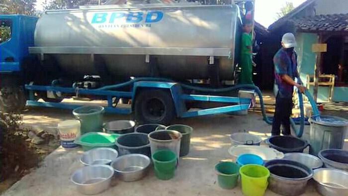 Truk tangki BPBD saat menyalurkan air bersih. (Foto: dok. Istimewa)