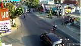 Bak Pebalap MotoGP, Pemotor Terobos Lampu Merah Sambil Wheelie