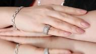 Wanita Pamer Cincin Tunangan Berlian 41 Karat, Diejek Mirip Lampu Gantung