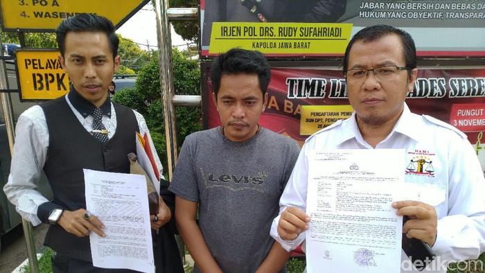 Foto: Yudi Abadi (tengah) melaporkan anggota DPRD Kabupaten Bogor Adi Suwardi ke Polres Bogor terkait dugaan penganiayaan. (Sachril Agustin/detikcom)
