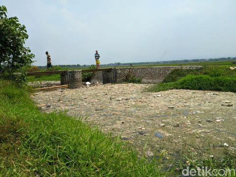 Sungai Ledeng di Mojokerto yang penuh sampah/