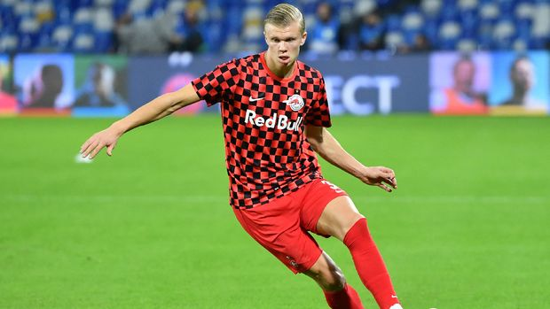 Salzburg's Norwegian forward Erling Braut Haland warms up prior to the UEFA Champions League Group E football match Napoli vs Salzburg on November 5, 2019 at the San Paolo stadium in Naples.(Alberto PIZZOLI / AFP)