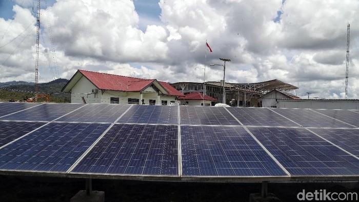Panel surya bantu aktivitas warga di perbatasan Indonesia. Meski kini listrik telah mengalir, panel surya masih digunakan di desa yang belum tersentuh listrik.