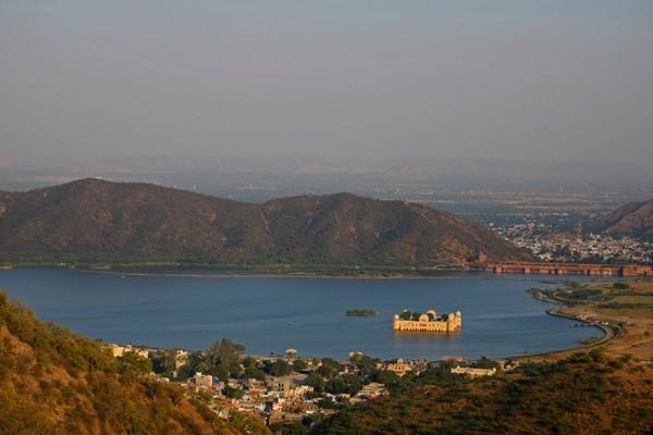 Uniknya, istana ini berada di tengah danau dan tenggelam sebagian. Jal Mahal atau istana air ini berada di tengah Danau Man Sagar, Jaipur, India (iStock)