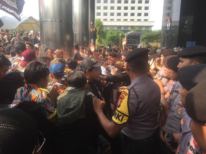 Ricuh demo di depan gedung KPK. (Ibnu/detikcom)