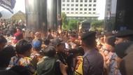 Ricuh, Massa Demo Depan KPK Bakar Traffic Cone-Dorong Polisi