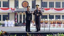 Tito Karnavian Serahkan Panji Tribrata Polri ke Idham Azis