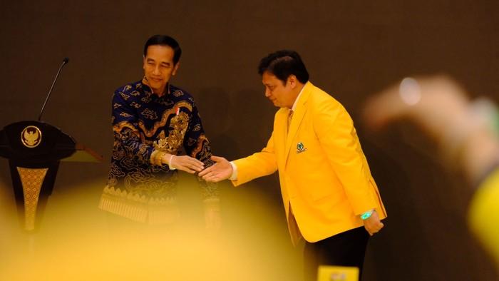 Jokowi dan Airlangga di acara HUT Golkar (Andhika/detikcom)