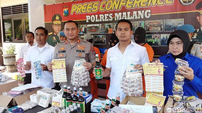 Pembuat obat ilegal diamankan (Muhammad Aminudin/detikcom)
