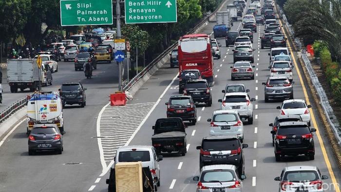 Kenderaan melintas di tol dalam kota, Jakarta, Rabu (6/11/2019). Jika tak ada aral melintang, bulan ini akan ada sejumlah ruas tol yang tarifnya naik. Tol dalam kota adalah salah satu tol yang mengalami kenaikan tarif.
