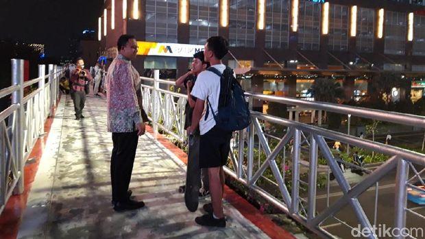 Datangi JPO Tanpa Atap di Sudirman, Anies Diajak Selfie Pejalan Kaki