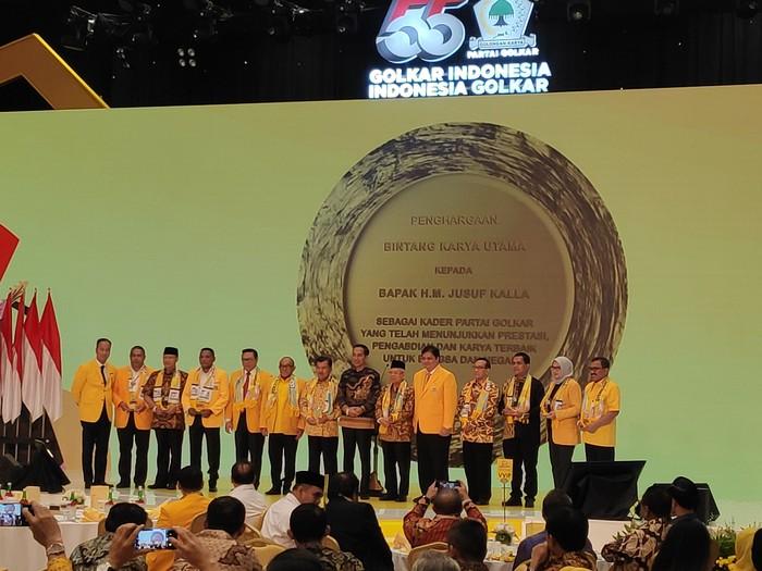 Jusuf Kalla mendapat penghargaan khusus di HUT Golkar. (Matius Alfons/detikcom)