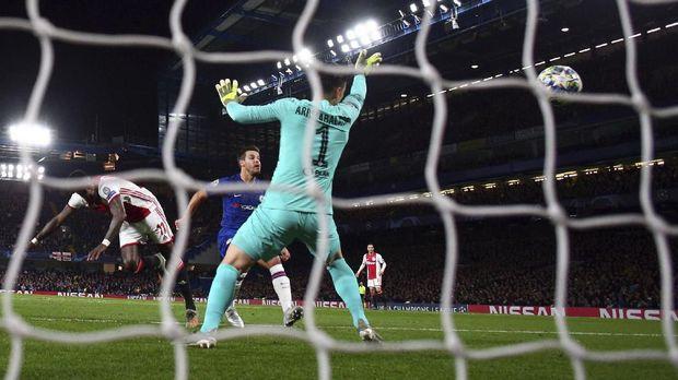 Kepa Arrizabalaga kebobolan empat gol pada laga Chelsea vs Ajax. (