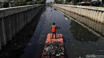 Semangat Petugas UPK Bersihkan Kali Item dari Sampah