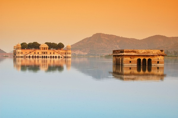 Jal Mahal didirikan pada pertengahan abad ke-18 oleh Maharaja Madho Singh I. Istana ini digunakan sebagai tempat singgah saat ia dan keluarga kerajaan pergi berburu (iStock)