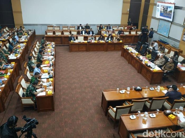 Komisi I DPR rapat kerja bersama Panglima TNI Marsekal Hadi Tjahjanto. (M Zhacky/detikcom)