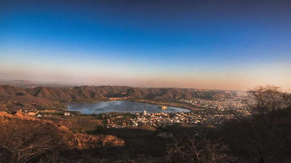 Dulu, India pernah mengalami kekeringan berkepanjangan dan akhirnya dilakukan perluasan terhadap Danau Man Sagar. Perluasan ini mencapai area berdirinya Jal Mahal dan menenggelamkan lebih dari separuh istana ini (iStock)