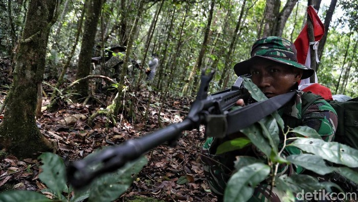 Prajurit TNI dari kesatuan Yonif Raider 600/Modang bersama Tentara Diraja Malaysia (TDM) melakukan patroli gabungan menembus hutan dan pegunungan kawasan perbatasan Krayan-Malaysia, Kabupaten Nunukan, Kalimantan Utara. Patroli gabungan tersebut dilakukan dengan tujuan memeriksa patok batas Indonesia -Malaysia serta menjaga keamanan wilayah teritorial.