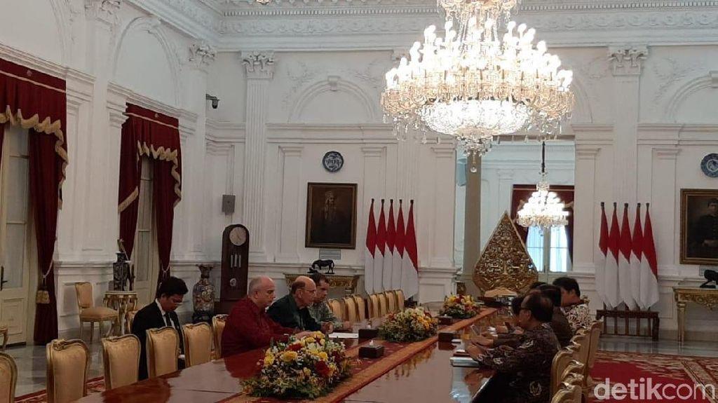 Berbatik Hijau, Mendag AS Temui Jokowi di Istana