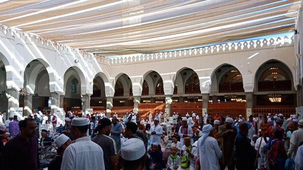 Masjid tampak penuh oleh jemaah dari berbagai belahan dunia.