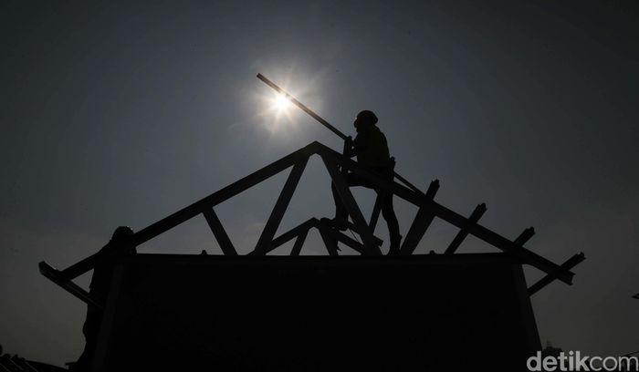 Sejumlah pekerja bangunan tengah membangunan rumah di halaman JIExpo Kemayoran, Jakarta Pusat, Rabu (6/11).