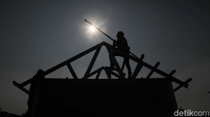 Sejumlah pekerja bangunan berlomba membuat rumah dalam Pameran Konstruksi Indonesia di JIExpo Kemayoran, Jakarta. Yuk kita lihat.