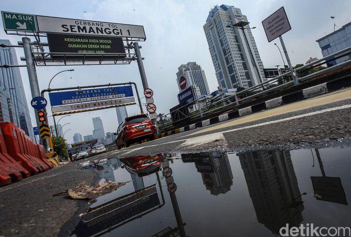 Sejumlah kendaraan memasuki gerbang tol Semanggi I, Rabu (6/11/2019).