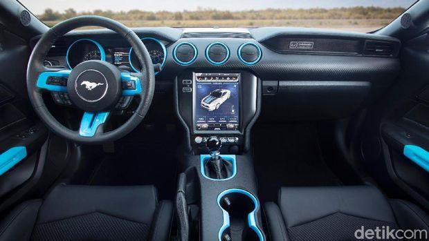 Interiornya diberi sentuhan biru, menandakan mobil listrik