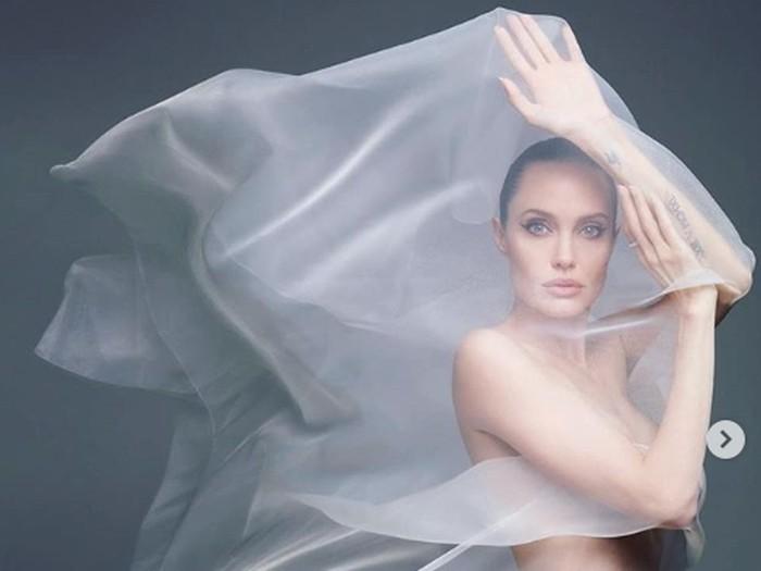Pmotretan Angelina Jolie di majalah Harpers Bazaar.