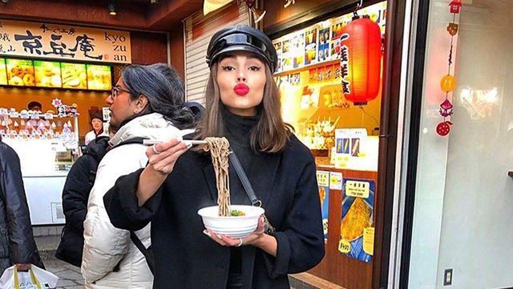 Pemotretan di Bali, Cantiknya Olivia Culpo Saat Makan Pizza dan Es Krim