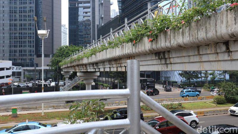 Gubernur DKI Jakarta Anies Baswedan menginstruksikan pencopotan atap di jembatan penyeberangan orang (JPO) di Jalan Jenderal Sudirman. Hasilnya pun sudah bisa dilihat kini (Randy/detikcom)