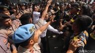 Demo di Depan KPK Ricuh, Massa dan Polisi Saling Dorong!