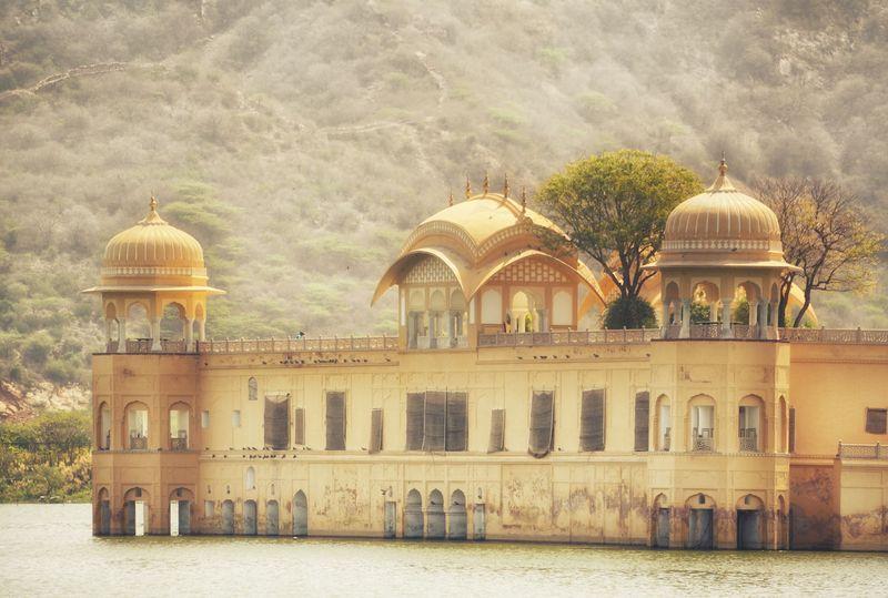 India memang punya banyak istana keren. Selain Taj Mahal di Agra, ada juga istana yang tak kalah menarik di Jaipur bernama Jal Mahal (iStock)