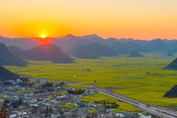 Untuk bisa menikmati keindahan lembah kuning ini, ada beberapa spot wisata yang disarankan. Cobalah Luosi Field, Puncak Jinji, Rice Terrace Yuanyang, Dongchuan Red Soil dan Snow Mountain menjadi tempat terbaik untuk menikmati keindahan canola. (iStock)