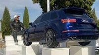 Saat Mobil Audi Jadi Nisan Kuburan