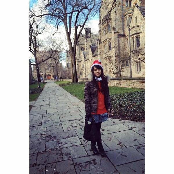 Risa juga terlihat pernah merayakan Natal di luar negeri lewat postingannya di area Harkness Tower, Universitas Yale, Amerika Serikat (Foto: santosorisa/Instagram)