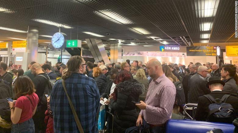 Keramaian di Bandara Schiphol pasca alarm pembajakan berbunyi (Mark Crompton/Istimewa)