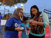 Wati, salah satu pengunjung Pameran Sekaten 2019 yang baru saja menggunakan DANA  pertama kalinya sebagai metode pembayaran nontunai untuk tiket masuk ke pameran.