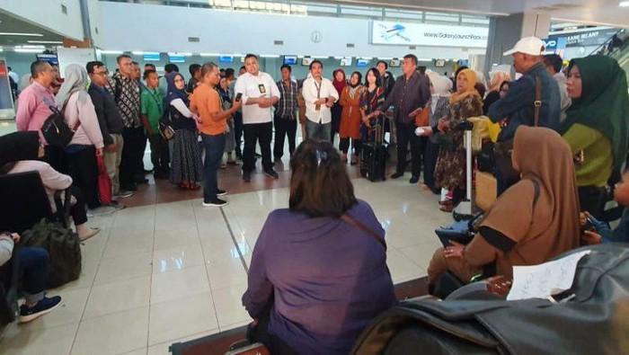 Foto: Pihak PT Angkasa Pura II memediasi penumpang Sriwijaya Air yang batal berangkat di Bandara Internasional Minangkabau di Padang Pariaman, Kamis (7/11) (Antara/Humas AP 2)
