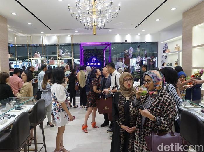 Suasana acara reopening butik Aigner di Pondok Indah Mall 2, Jakarta Selatan, Rabu (6/11/2019). (Foto: Daniel Ngantung/Wolipop)