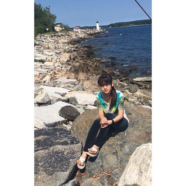 Pantai menjadi destinasi yang tak dilewatkan Risa. Ia membagikan momen santainya di dekat mercusuar pelabuhan Portsmouth di New Castle, New Hampshire, Amerika Serikat (Foto: santosorisa/Instagram)