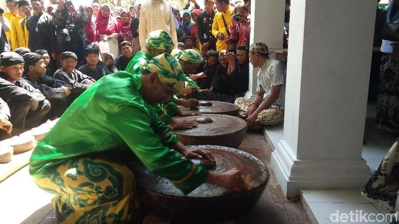 Ritual pencucian gong sekaten jelang perayaan Maulid Nabi di Cirebon (Sudirman Wamad/detikcom)