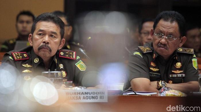 Jaksa Agung, ST Burhanuddin melakukan raker perdana dengan Komisi III DPR RI. Burhanuddin memaparkan 8 fokus dirinya sebagai Jaksa Agung.
