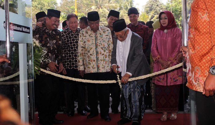 Maruf Amin memotong pita sebagai tanda peresmian Rumah Sakit Umum Syubbanul Wathon.