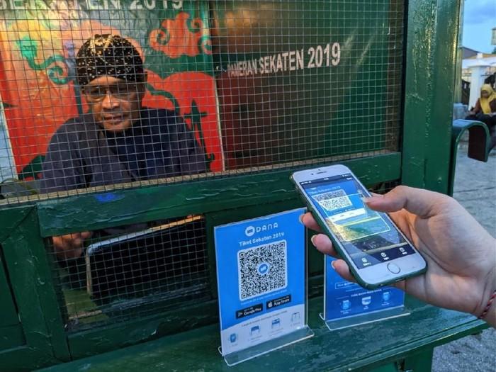 Foto: Aplikasi dompet digital DANA digunakan untuk pembayaran tiket masuk Pameran Sekaten 2019 dengan memindai Kode QR di loket.