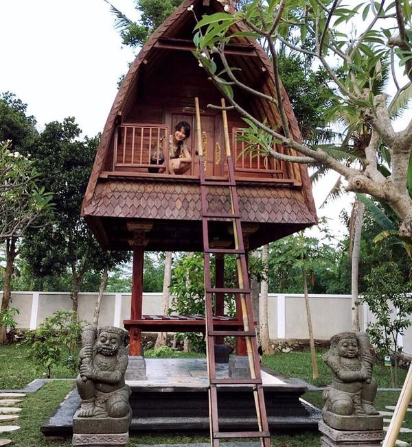 Tak cuma gemar jalan-jalan ke luar negeri, Risa juga mengabadikan momennya ketika berkunjung ke Bali. Dia tampak menikmati pengalamannya naik ke rumah lumbung (Foto: santosorisa/Instagram)