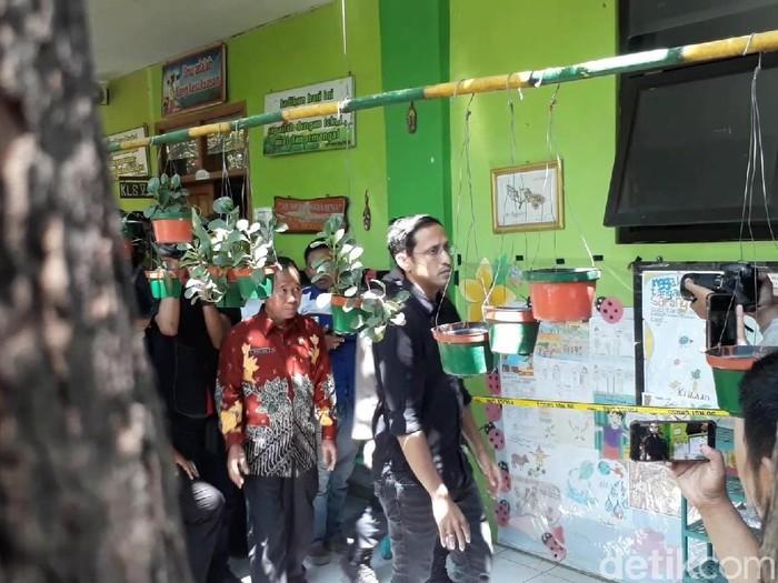 Gaya Nadiem Makarim saat kunjungan kerja di sekolah di Pasuruan, Jawa Timur. Foto: Muhajir Arifin