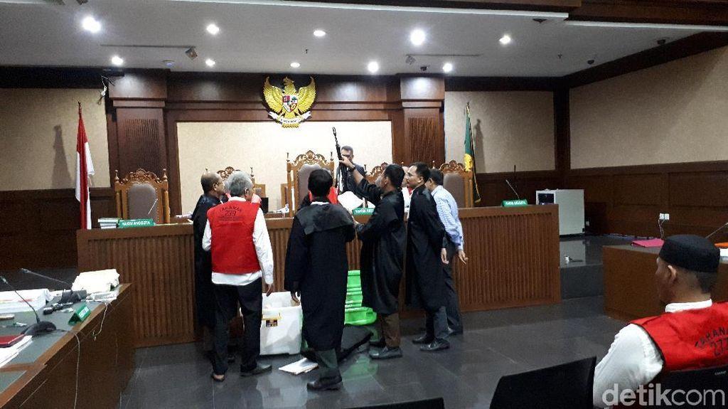 Jaksa Pamerkan Senjata Laras Panjang Barbuk di Sidang Habil Marati