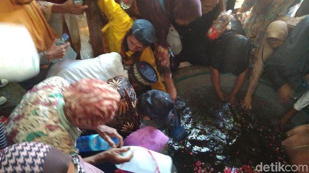 Warga Sempat Rebutan Air Bekas Tradisi Cuci Gamelan Keraton Cirebon
