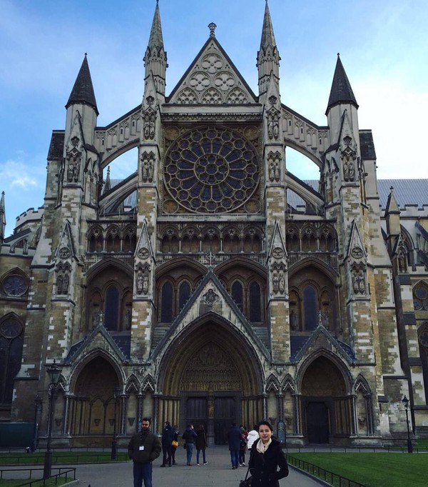 Risa mengungkapkan rasa takjubnya ketika mengunjungi Westminster Abbey, gereja dengan arsitektur gothic yang menjadi salah satu situs warisan dunia (Foto: santosorisa/Instagram)